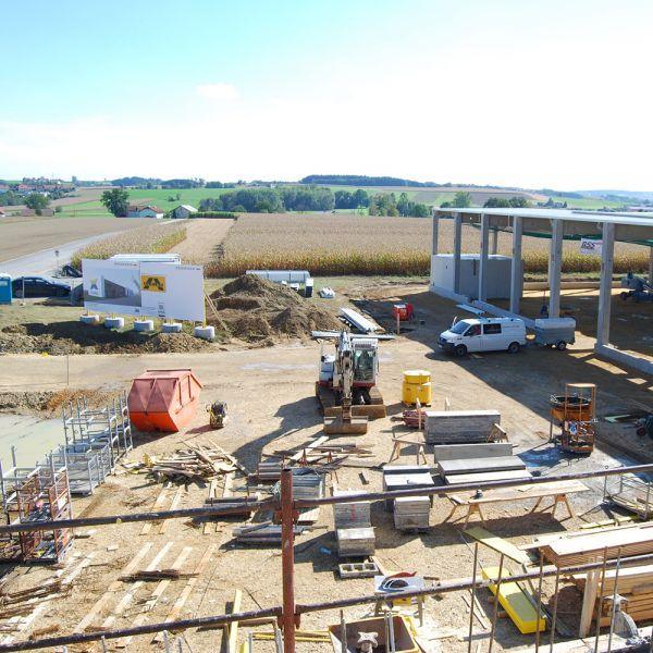 Grundstein für einen neuen Produktionsstandort | Im Jahr 2012 wurde der Grundstein für den neuen Produktionsstandort in Waizenkirchen gelegt. Gebaut wurden die Büroräumlichkeiten und unsere Halle 1.