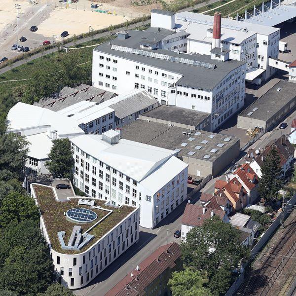 Kooperation mit Bader | 2018 wagen wir einen entscheidenden Schritt. Eine Kooperation mit einem der weltweit größten Lederhersteller, der Bader GmbH & Co KG. Wir unterstützen Bader seither erfolgreich mit unserem Know-how im Bereich des Spaltleder.